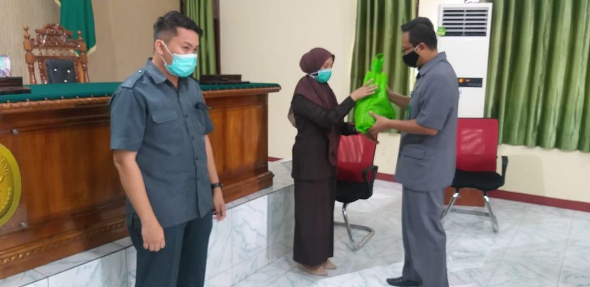 PA Manado salurkan Zakat Infaq Shadaqah untuk honorer dan masyarakat sekitar kantor